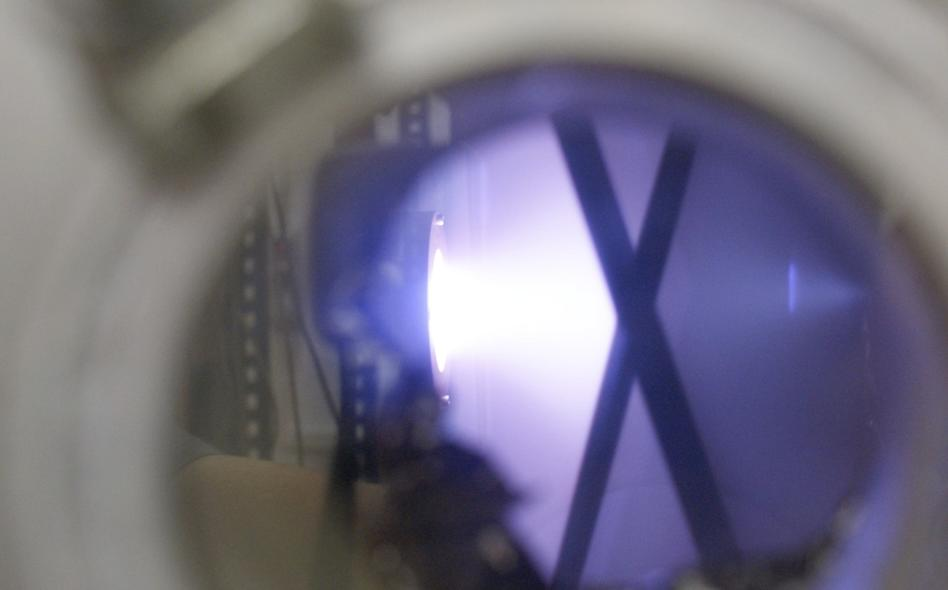 Argon ions dislodge gold atoms and deposit them on silk thread in the EMPA plasma chamber (Photo: EMPA)