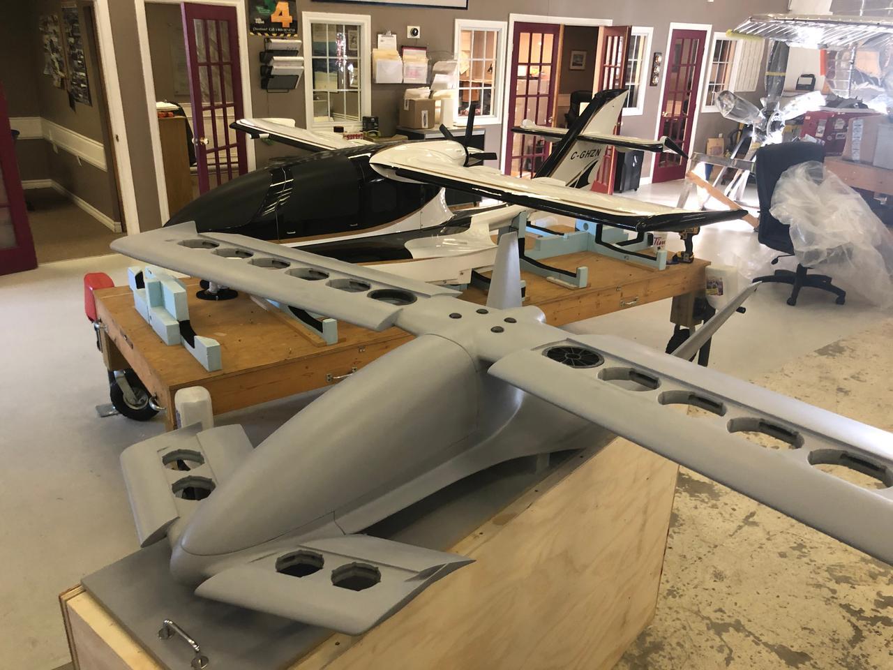 El prototipo Cavorite X5 a escala 1: 6, junto con un prototipo de avión anfibio X3 a escala 1: 4 anterior