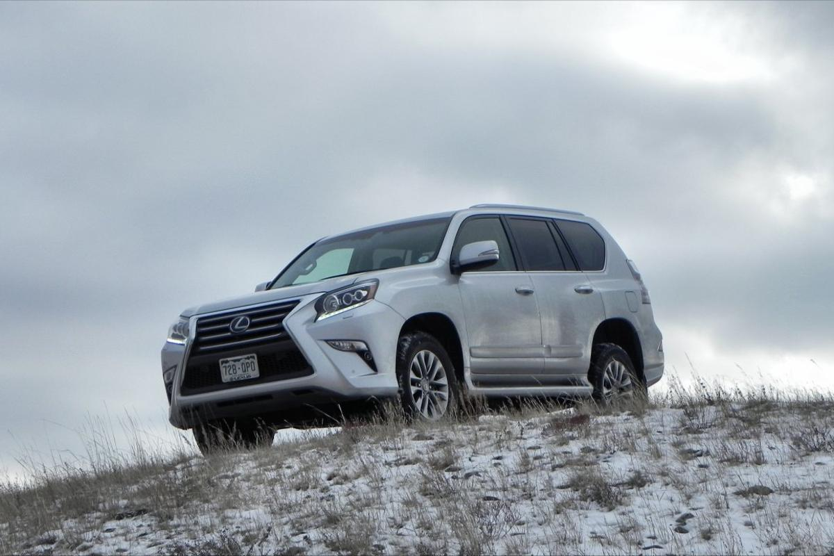 A more urban appeal to its design and a load of offroad cred are what highlight the 2016 Lexus GX 460.