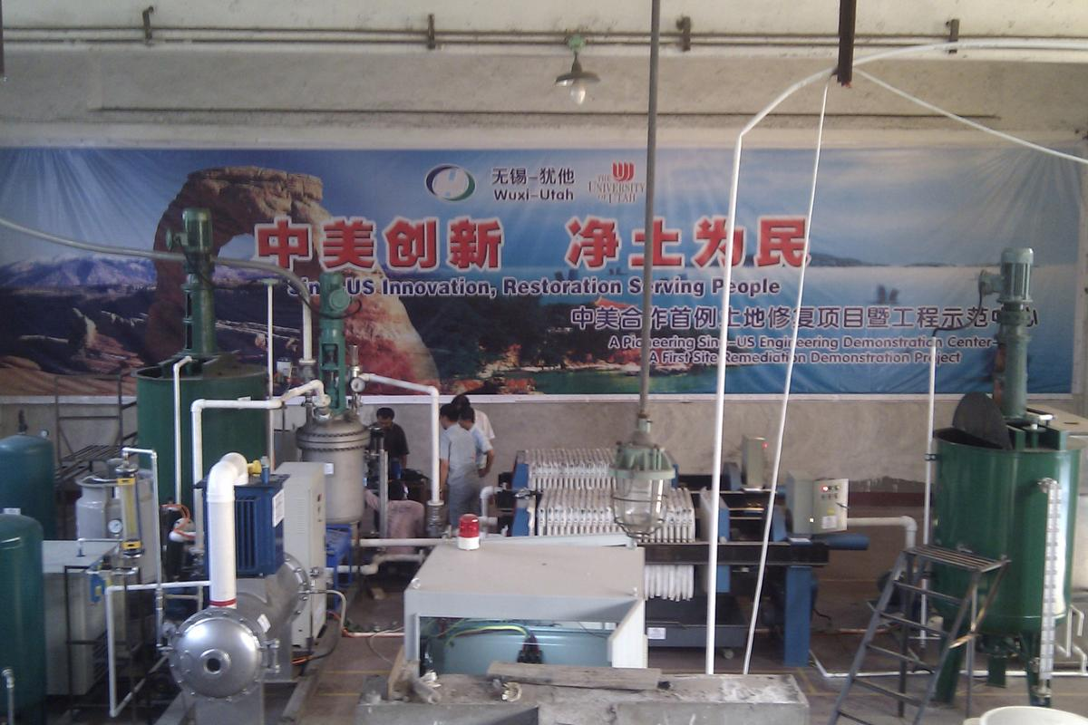 The HOT reactor (the silver-colored tank left of center) at the Lake Taihu cleanup site in China (Image: Honde LLC)