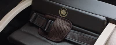 The leather seatbelt in the D.Throne