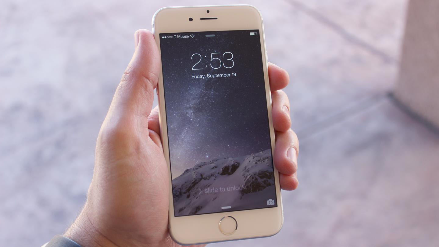 The iPhone 6 feels great in hand, thanks to those curved edges (Photo: Will Shanklin/Gizmag.com)