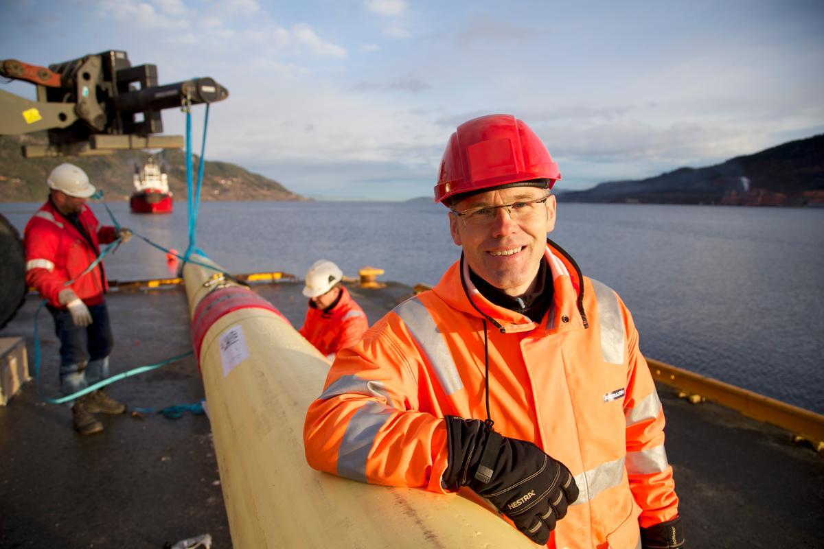 SINTEF scientist Ole Øystein Knudsen, with a length of the SmartPipe (Photo: Thor Nielsen/SINTEF)