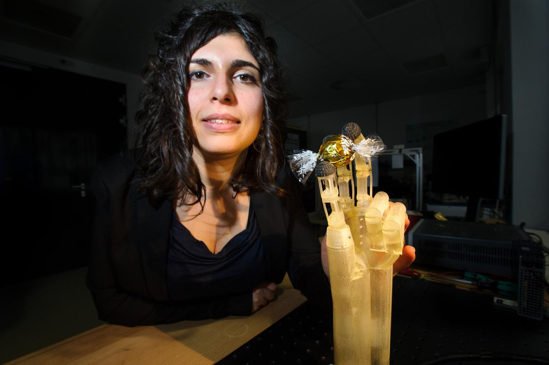 Team member Filomena Simone with the prototype hand (Photo: Oliver Dietze)
