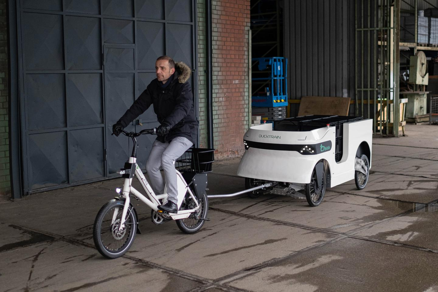 The Trailerduck cargo trailer matches the speed of the bike that's towing it, up to a maximum of about 30 km/h (19 mph)