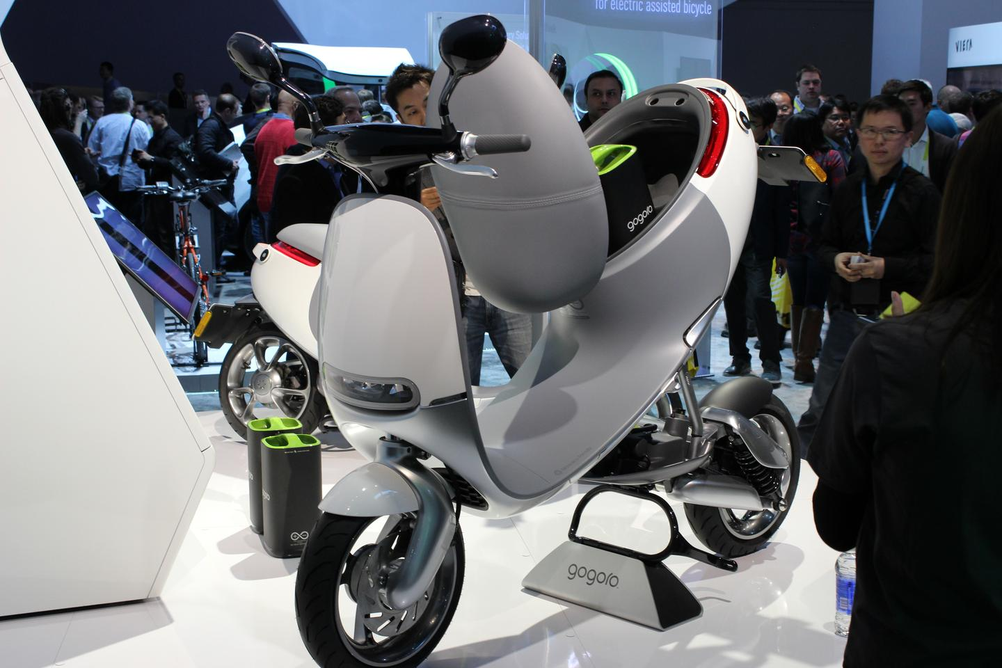 With a frame crafted from racing grade aluminium, the 94 kg (207 lb) Gogoro's electric motor turns out 8.58 hp and a top speed of 95 km/h (60 mph) (Photo: Will Shanklin/Gizmag.com)