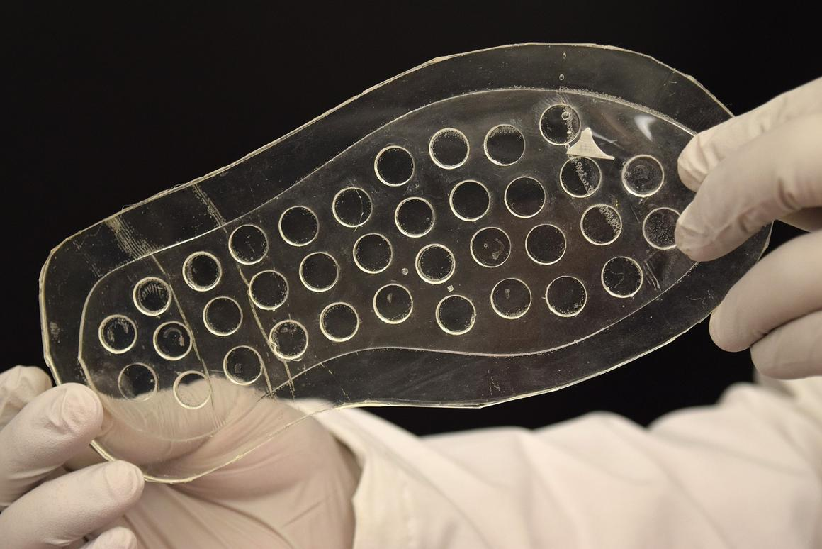 The insole is made to gradually release oxygen into foot ulcers, as the wearer walks or sits