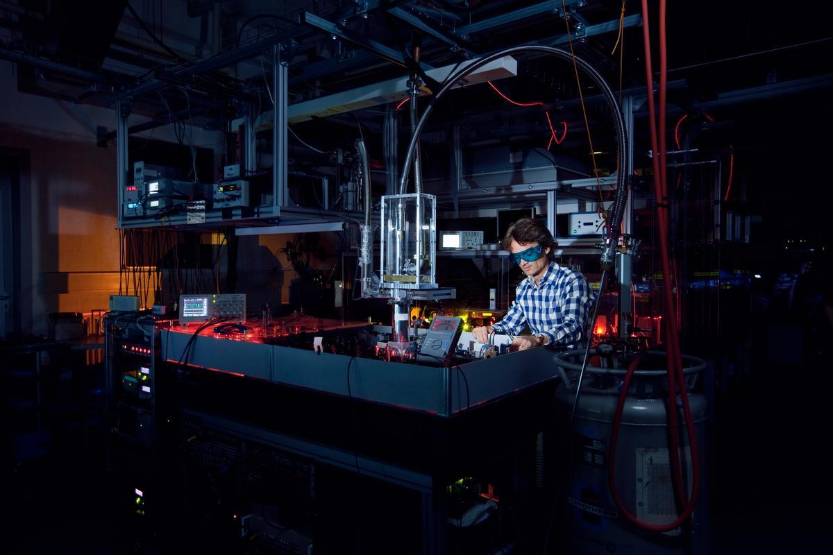 Professor Thomas Halfmann at work on the laser system (Photo: TU Darmstadt)
