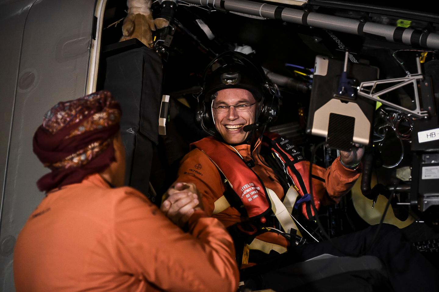 André Borschberg sees off Bertrand Piccard in Muscat (Photo: Solar Impulse)