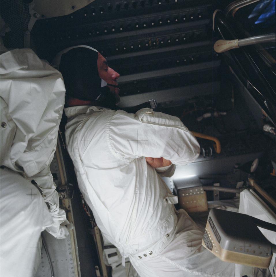 Lovell essayant de dormir à bord d'Aquarius