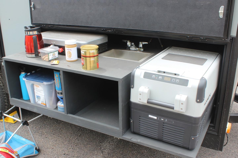이 트레일러 프로토 타입에는 Dunraven의 자료에 광고 된 오븐이 없었지만 카운터 아래에 하나를위한 공간이 있습니다.