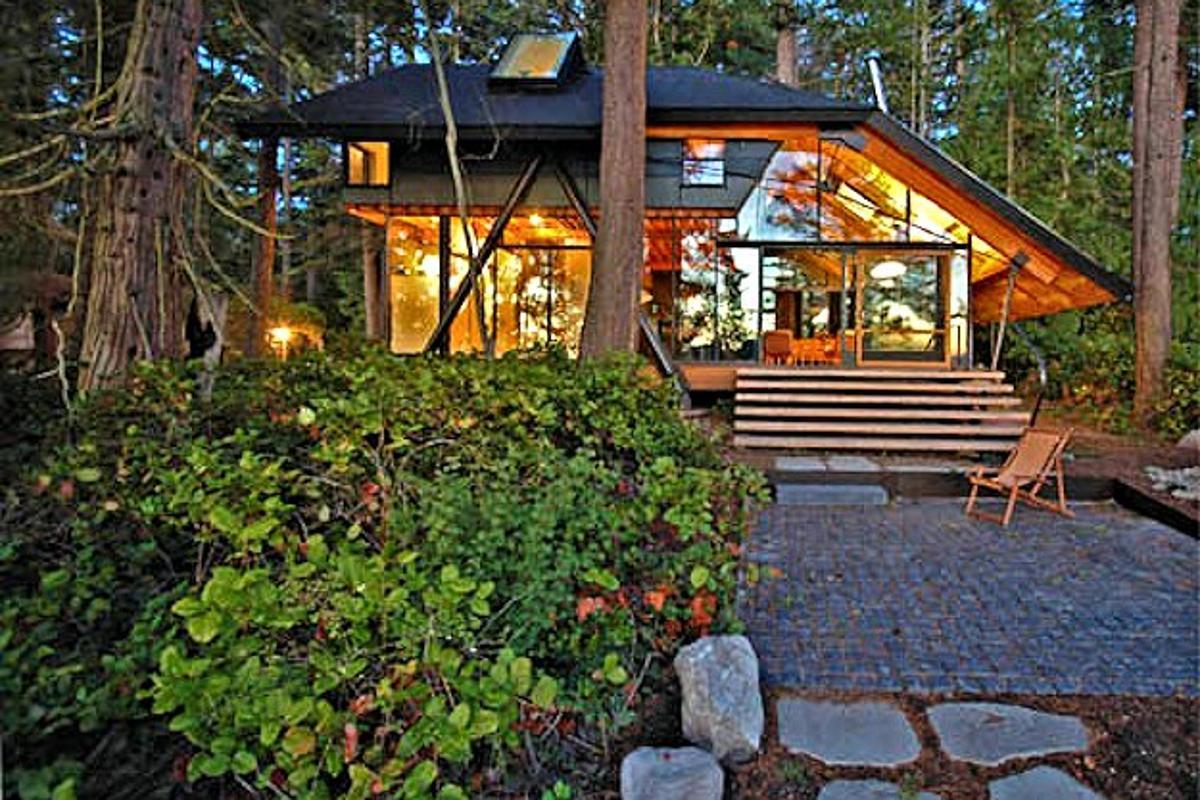 Sneeoosh Cabin at twilight (Photo: Zeroplus Architects)