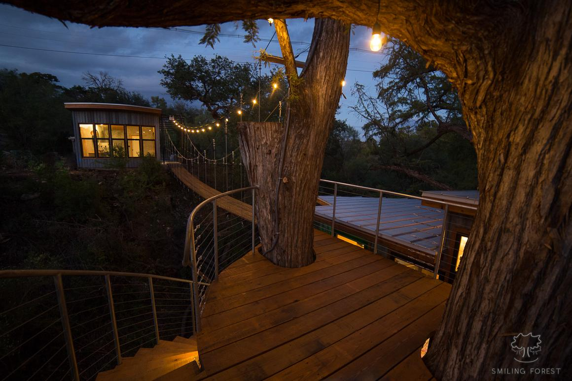 Yoki House actually comprises two main parts: a suspended treehouse and a separate bathroomconnected by suspension bridge