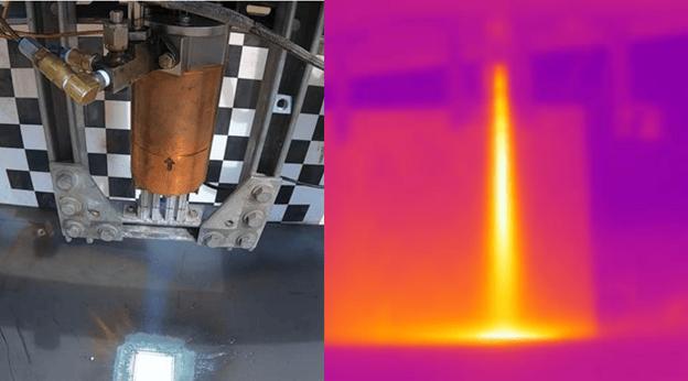 Тест за горещ огън с помощта на алуминиева пластина и щанд за изпитване на ракетни двигатели на Masten, с термично изображение FLIR вдясно