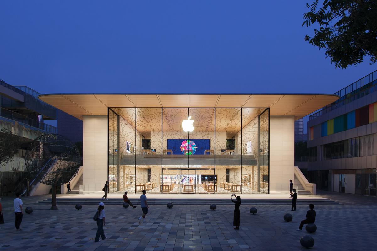 Apple Sanlitun's facade is made up of 33-ft (10 m)-tall glass panels