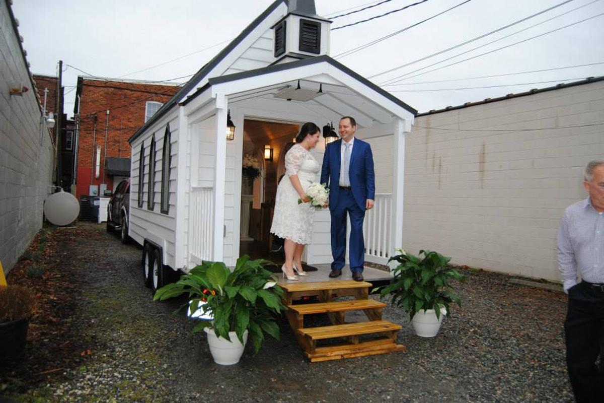 If you're interested in tying the knot in tiny house style yourself, the most basic package starts at US$100 (Photo: Tiny Chapel Weddings)
