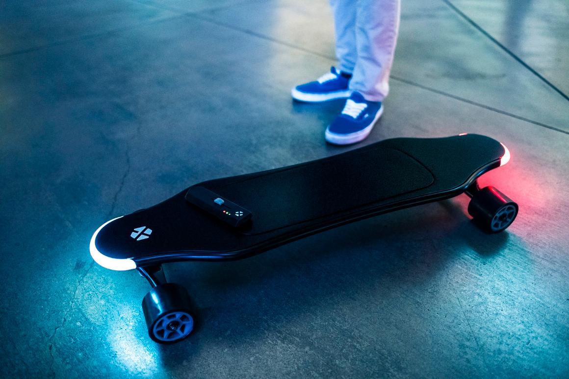 The XTND is a lightweight electric skateboard that has artificial intelligence riding shotgun