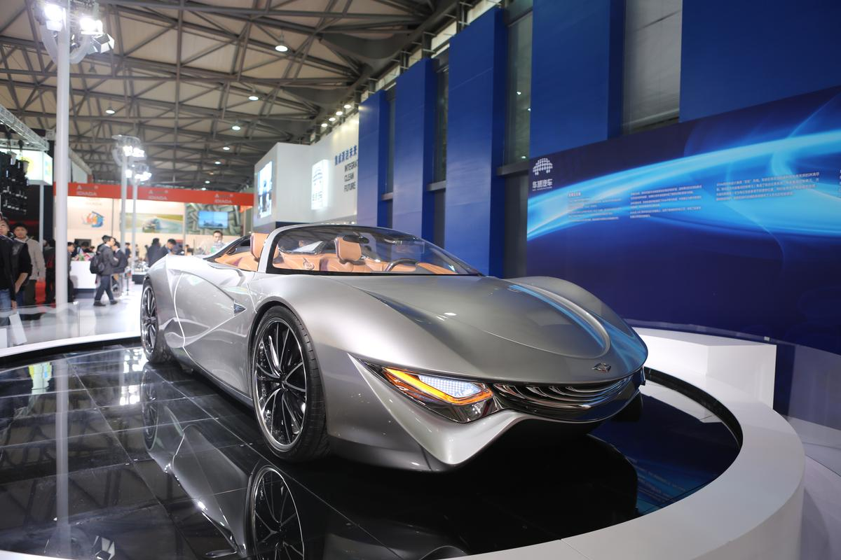 At the front of the Glide Concept, headlights and a swooping W-styled grille lurk beneath a clean, flowing swept-back hood