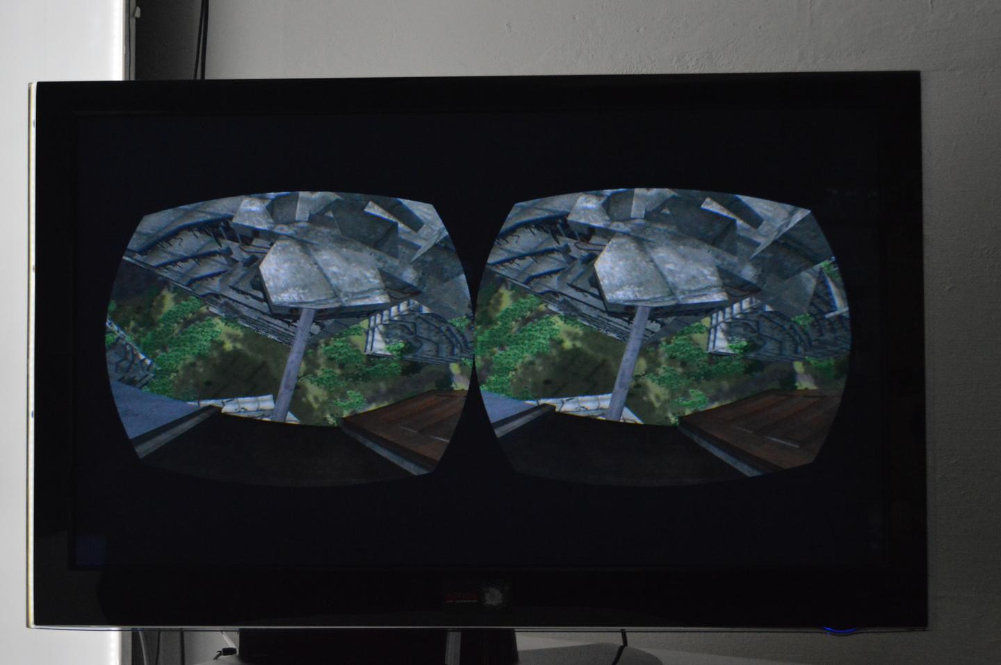 The two eyepieces of the Oculus Rift displayed side by side on a screen (Photo: Gizmag)