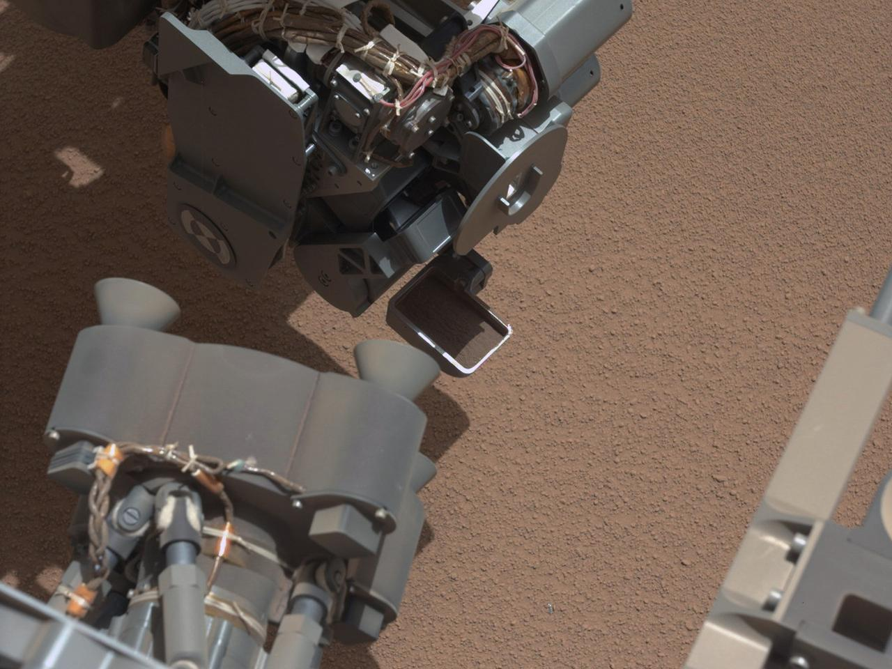 Image from Curiosity showing the bright object in the foreground (Image: NASA/JPL-Caltech)