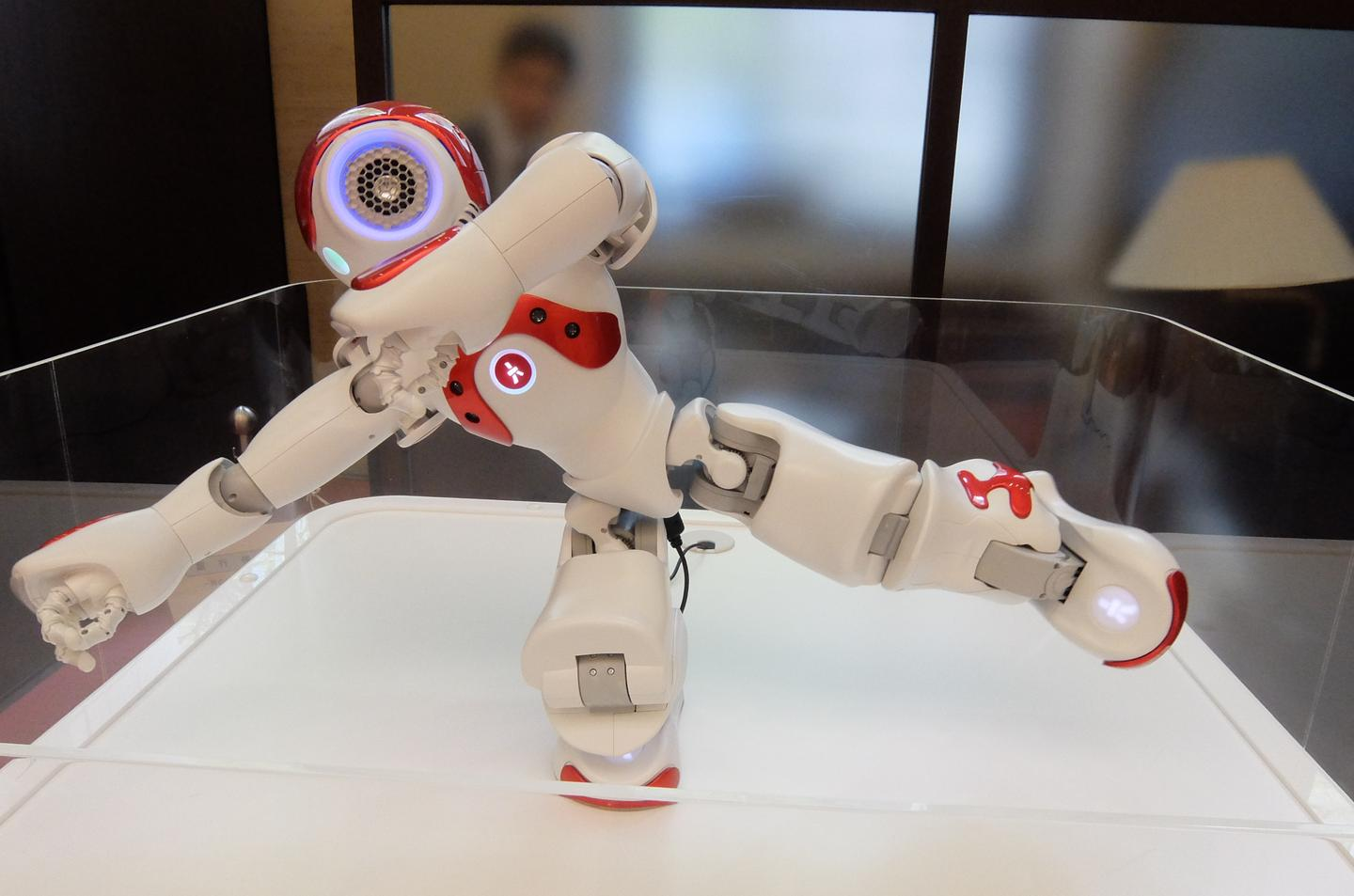 In between giving advice in Mitsubishi UFJ bank, NAO kept active by doing Tai-Chi (Photo: Stephen Clemenger/Gizmag.com)