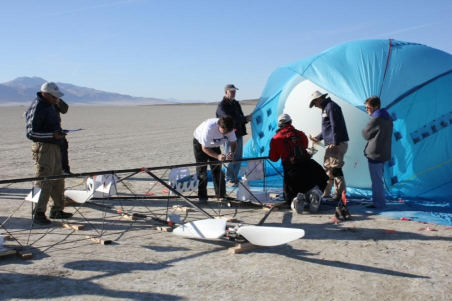 JP Aerospace volunteers, readying the Tandem airship for its record-breaking flight