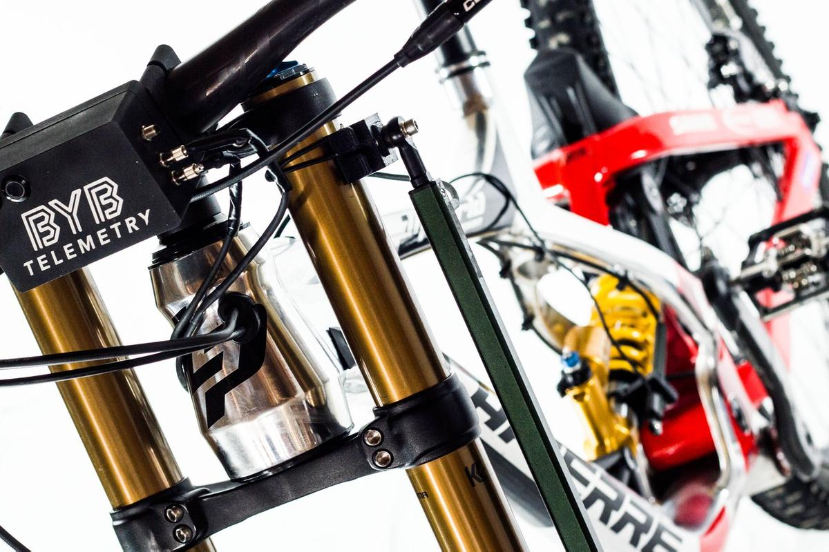 The handlebar-mounted BYB acquisition unit, with the fork sensor visible to the right