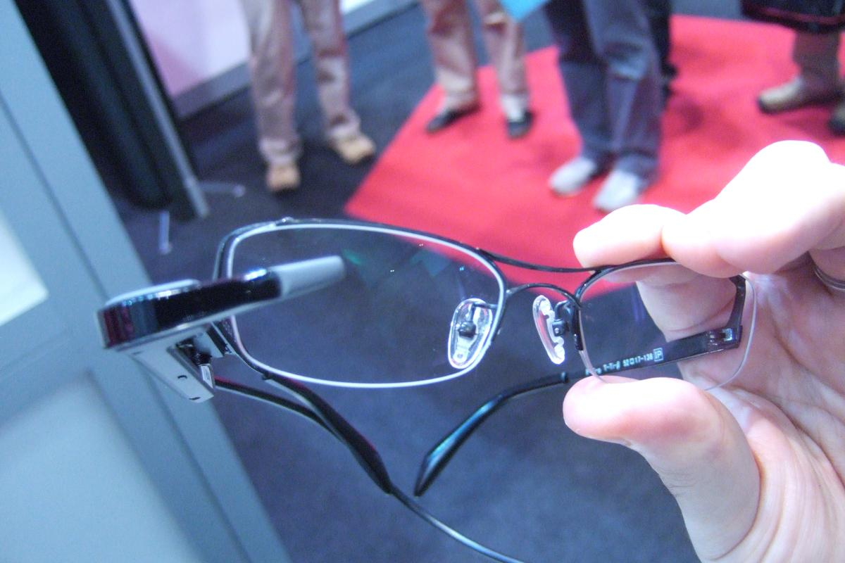 The glasses feature a QVGA display (320x240) on the right lens to display information