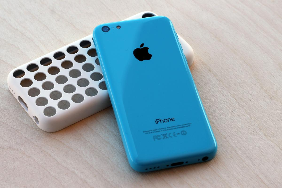 Gizmag reviews Apple's first colorful handset, the iPhone 5c