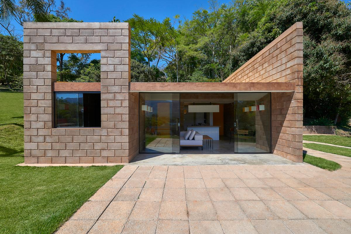 Brazilian architectural studio Gustavo Penna Arquiteto e Associados (GPA&A) has recently completed a minimalist home built from mining waste