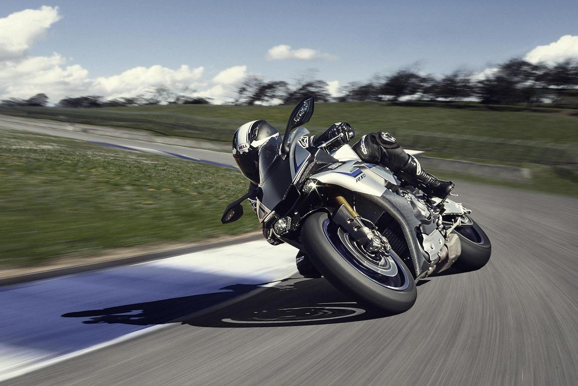 2015 Yamaha R1M - in action on the racetrack