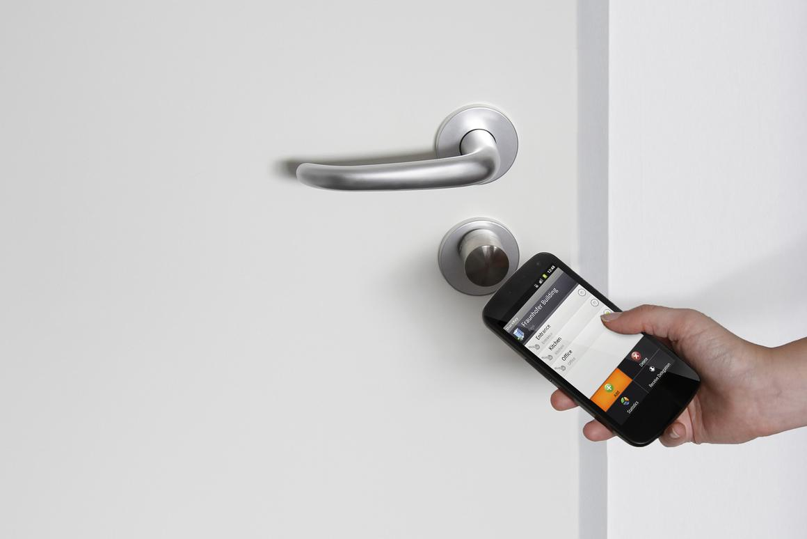 The ShareKey app uses NFC to lock and unlock doors (Photo: Fraunhofer SIT)