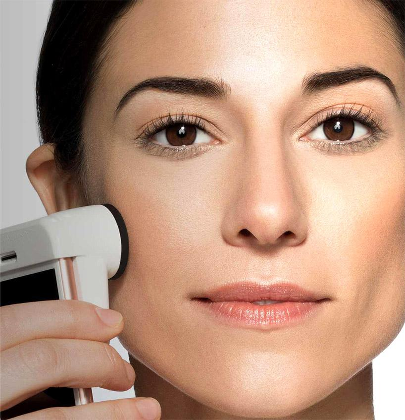 The SkinScanner is held flush against the skin, and incorporates 12 LEDs, a 30x magnification lens, and sensors that obtain measurements both above and below the skin's surface