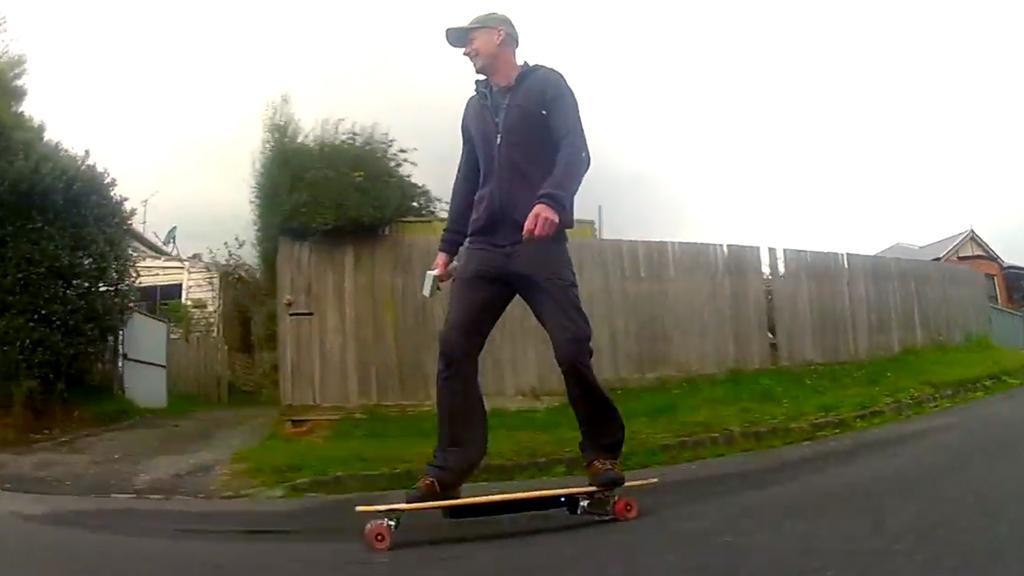 Gizmag's Noel McKeegan hits the streets on the Evolve electric skateboard