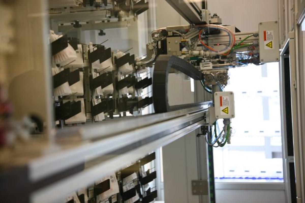 A pharmacy robot selecting medication (Photo: Susan Merrell/UCSF)