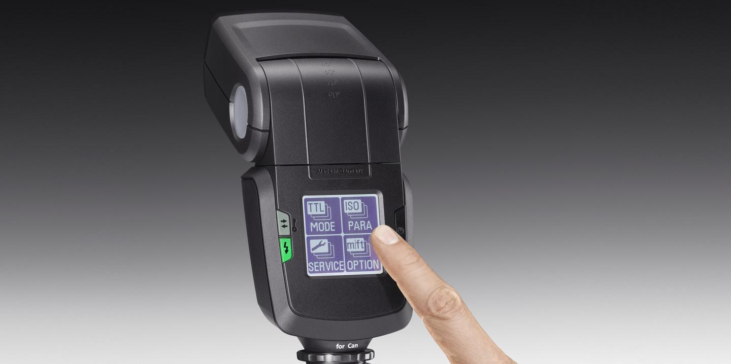 The touchscreen menu on the Metz 52 AF-1 rotates 90° when attached to a camera held in portrait orientation