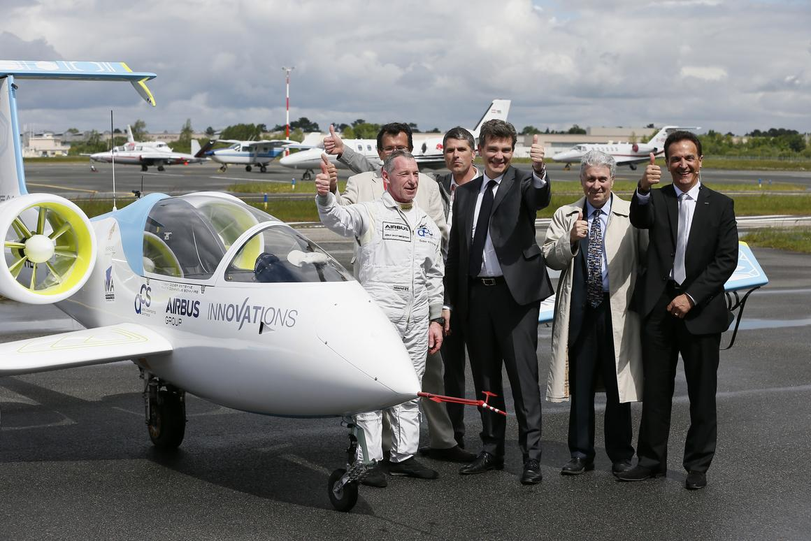 From left to right: Didier Esteyne – E-Fan Pilot Francis Deborde, Gérant of ACS Dominique Bonnaire, E-Fan Pilot Arnaud Montebourg, Minister for Economy, Industrial Renewal and Digital Economy Patrick Gandil, Directeur Général de l'Aviation Civile (DGAC) Jean Botti, CTO Airbus Group (Photo: Patrick Bernard)