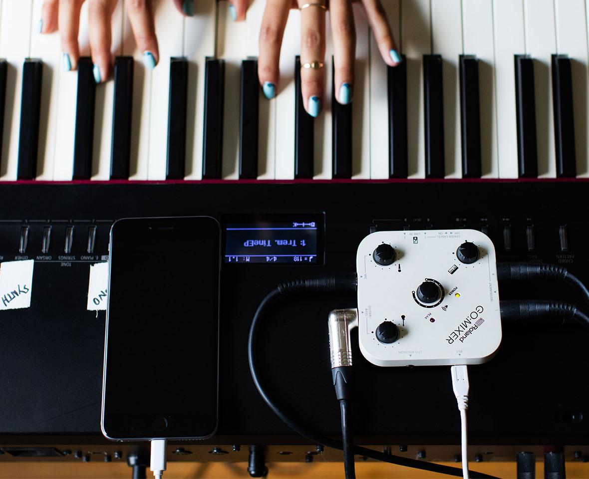 The Go:Mixer doesn't run on batteries, but is powered by the smartphone it's plugged into
