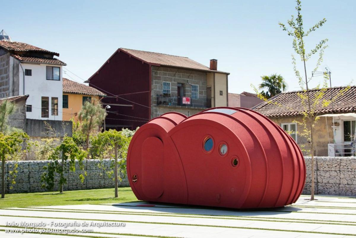 Portuguese designer Gabriela Gomes has created a portable shelter prototype that somewhat resembles a giant red cloud sculpture (Photo: Joao Morgado)
