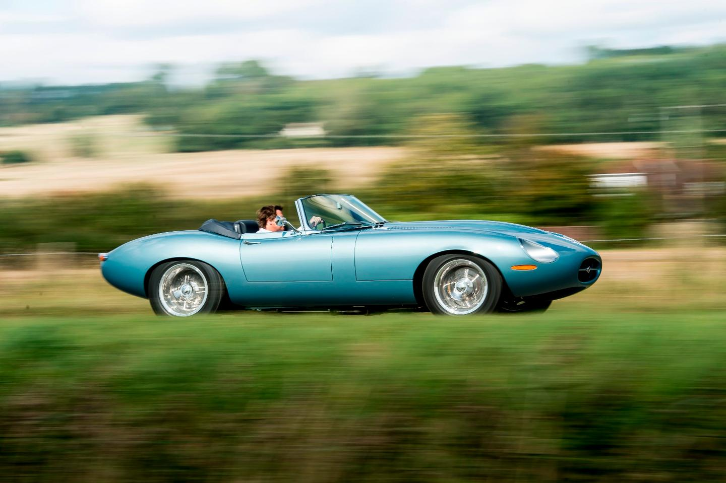 The Spyder GThas the smooth contours and open-air feel of the Eagle Speedster with the touring capabilitiesof the Low Drag GT