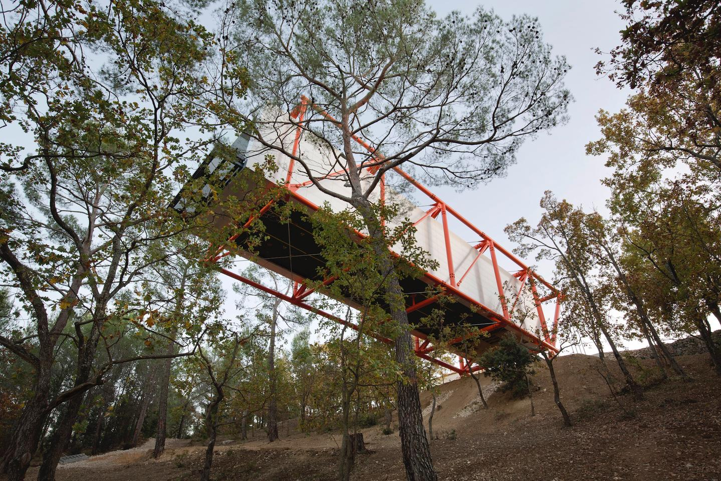 Richard Rogers의 드로잉 갤러리는 언덕에서 27m (88 피트) 돌출되어 있습니다.