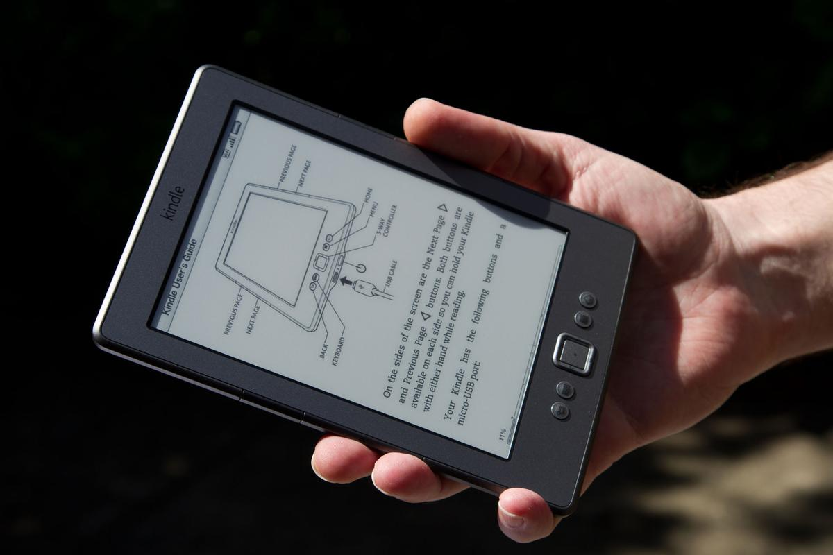 The Pearl E ink display is readable in direct sunlight