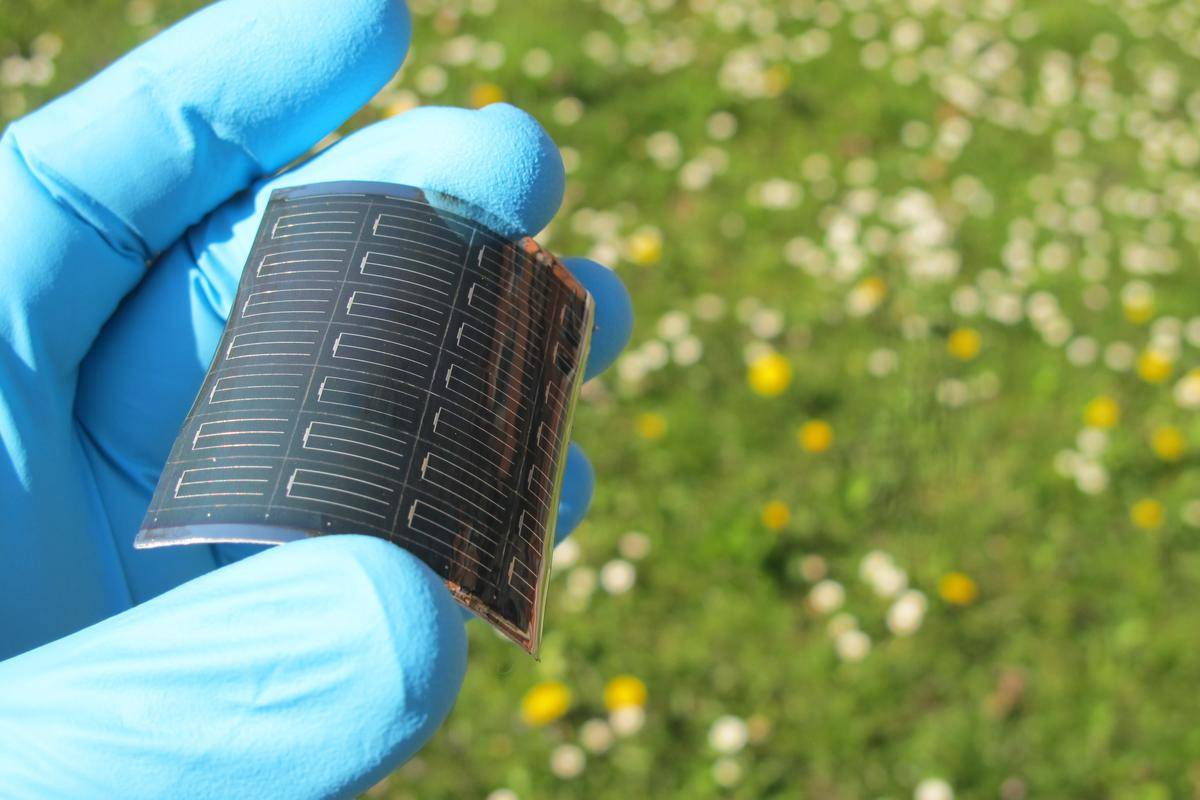 Flexible thin film CIGS solar cell on polymer substrate developed at Empa (Photo: Empa)