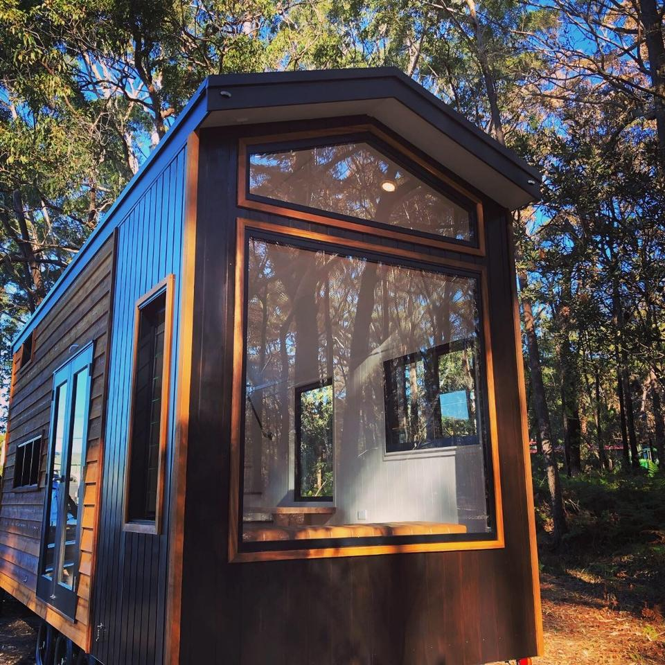 Australian tiny house builders Designer Eco Tiny Homes has recently finished a stunning tiny house on wheels that boasts a unique window feature wall