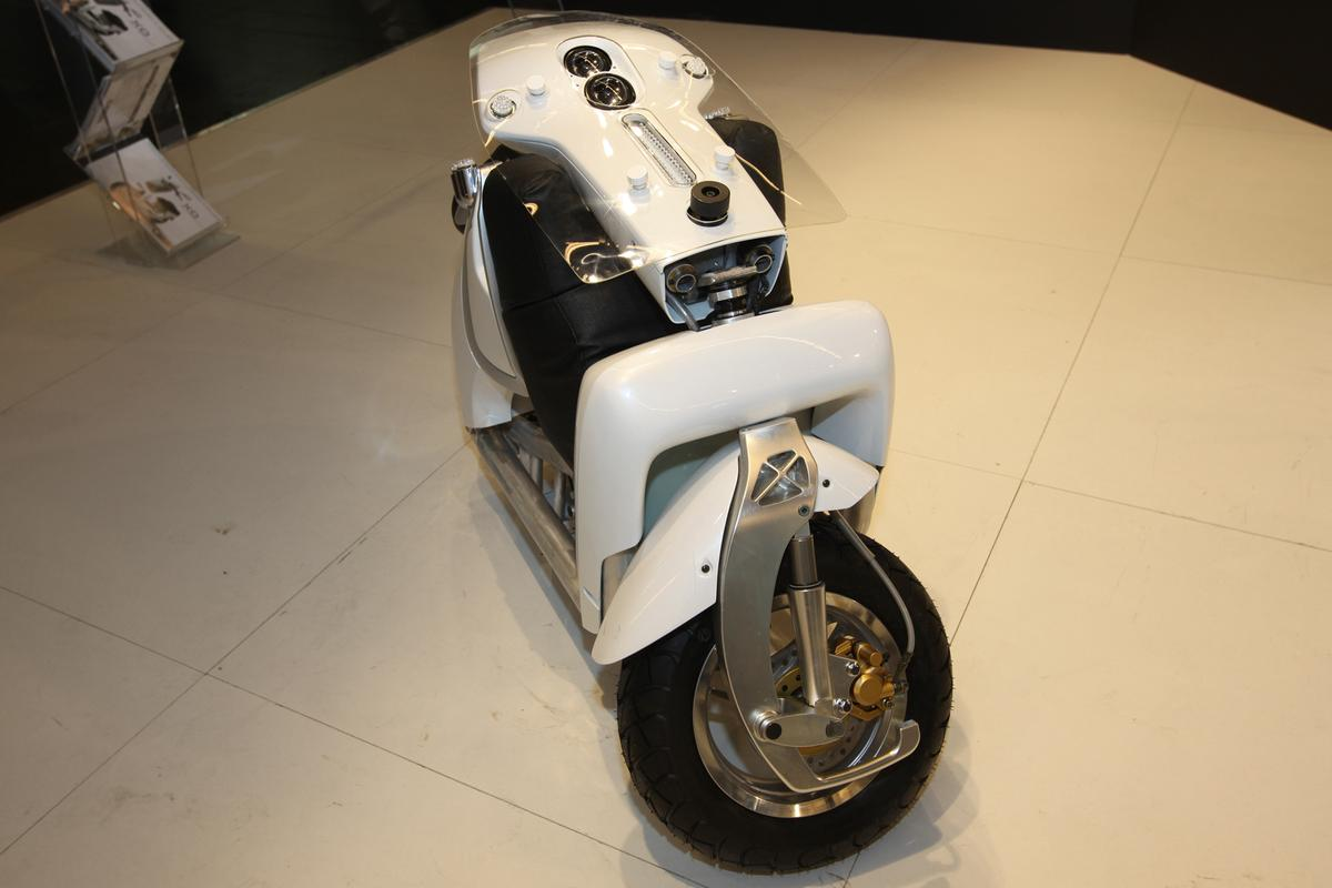 The XOR Urban Transporter folding scooter folds down in around 20 seconds