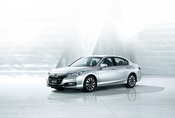 The 2014 Honda Accord Hybrid in white