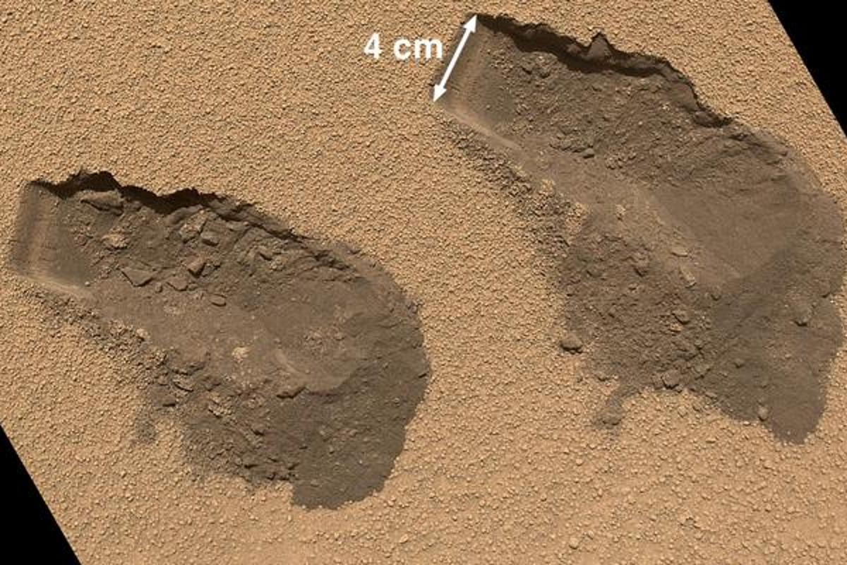 Scoop marks left behind by Curiosity's soil sampling (Photo: NASA)