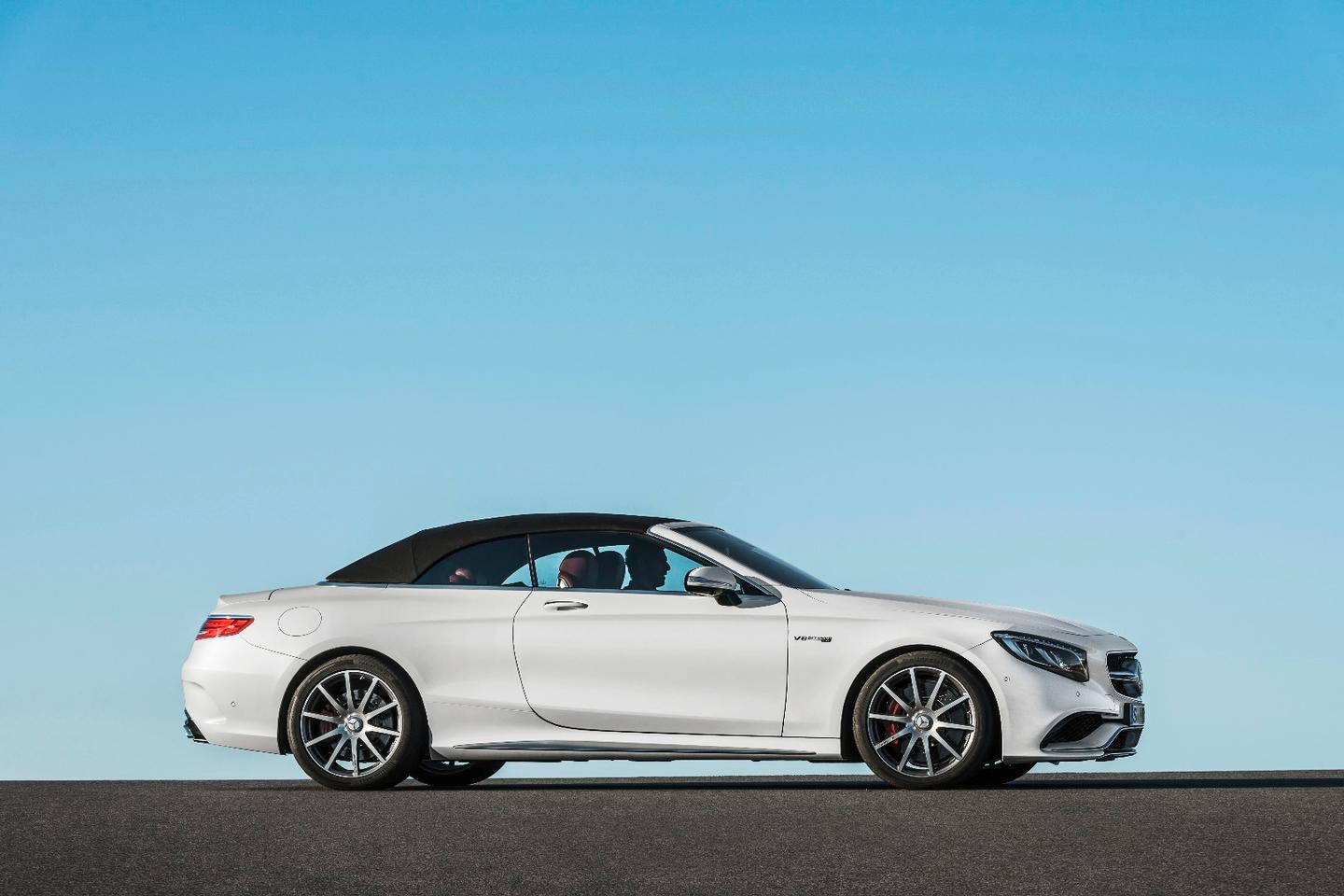 The S-Class soft top can be put up or down at up to 60 km/h.
