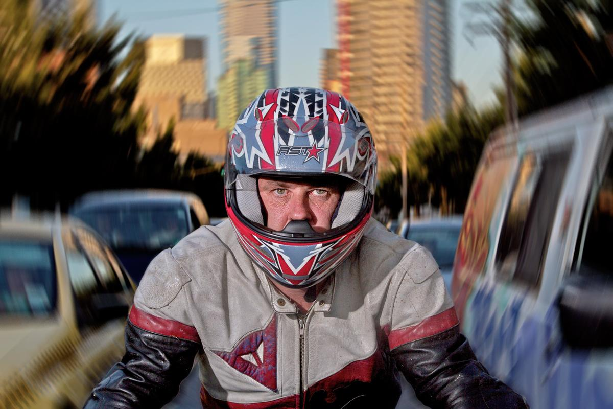 Motorcycle lane splitting: faster and safer for riders, plus it makes the journey quicker for everyone else. (Photo: Loz Blain/Gizmag)