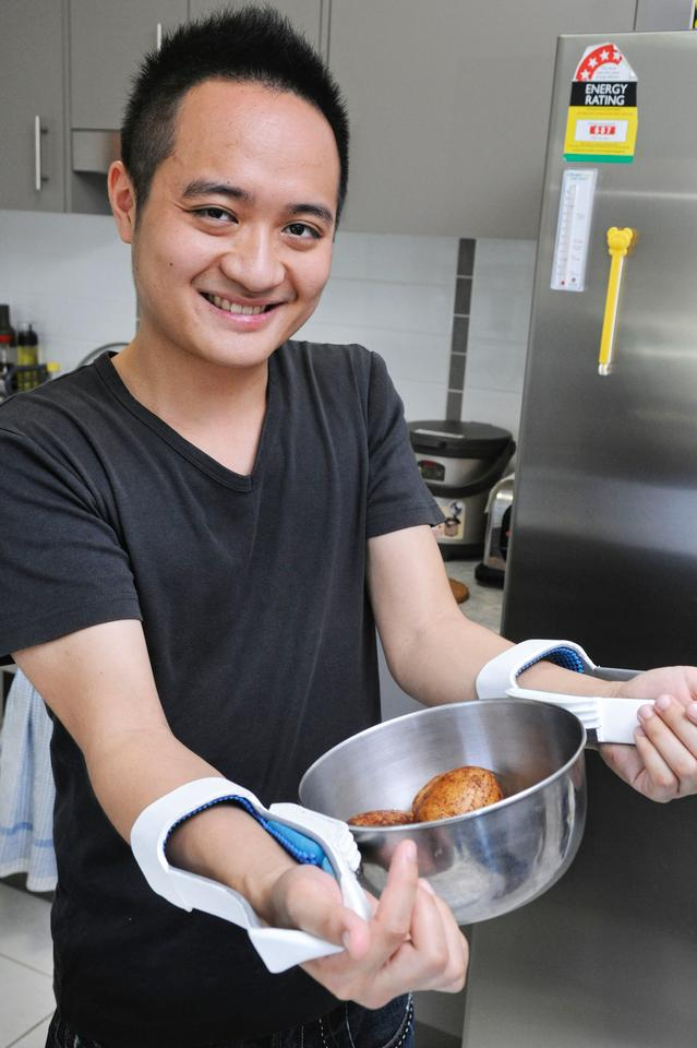 Queensland University of Technology student Ching-Hao Hsu has designed a device to help rheumatoid arthritis sufferers get a better grip on hot cookware